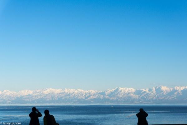 富山県氷見から立山連峰を眺望する