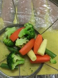 冷凍野菜を浸した湯が冷めたらザルに上げて水切りをしておく