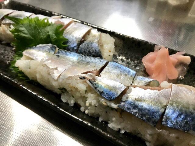 皿に盛り付けた鯖寿司
