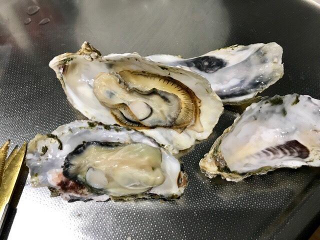 殻を開けた牡蠣