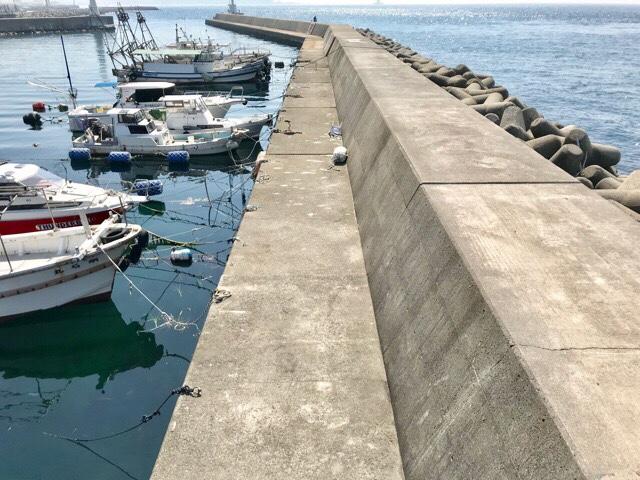 堤防と漁船