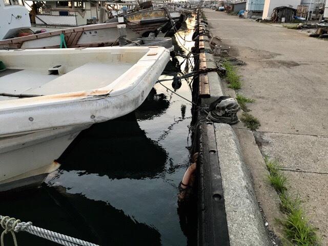 岸と漁船の隙間