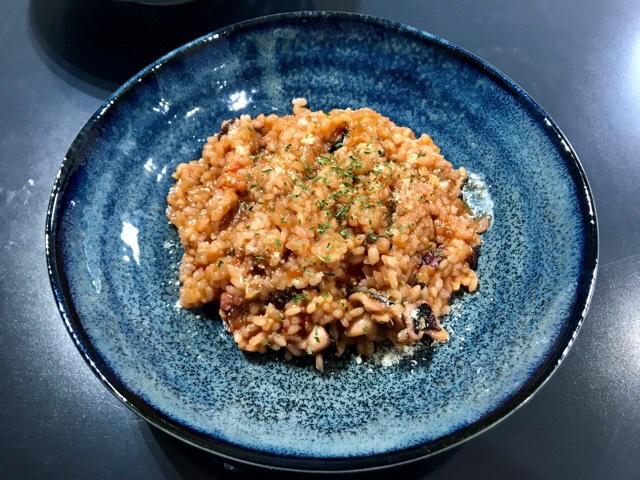 皿に盛り付けたタコのトマトリゾット