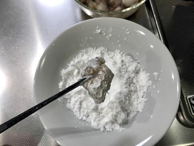 片栗粉をまぶしたタコの唐揚げ