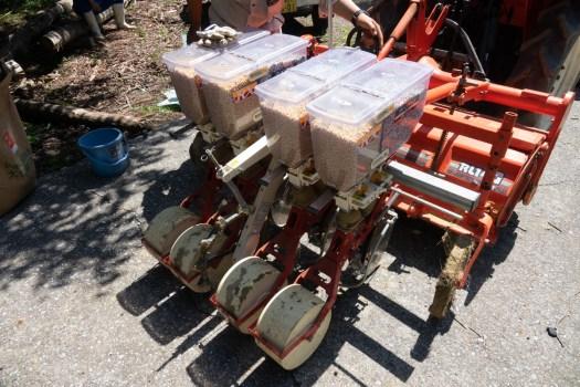 播種する大豆と肥料をトラクターにセット