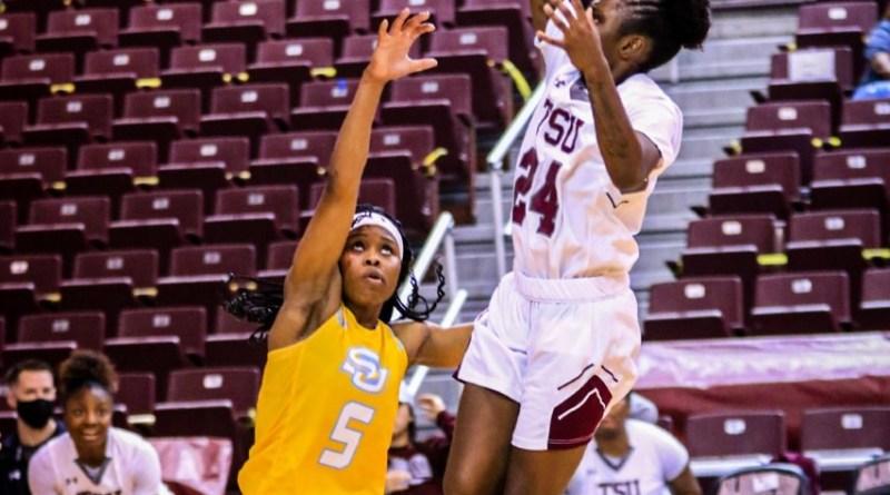 <div>Late Rally Falls Short In Regular Season Women's Basketball Finale</div>