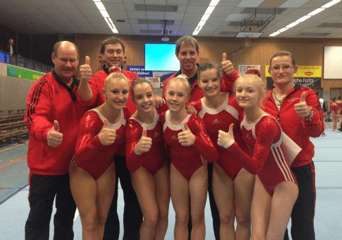 Erstklassig - auch 2017! Unsere glücklichen TSV-Turnerinnen mit dem Betreuerteam um Trainerin Natalie Pitzka (r.) nach dem Wettkampf in Siegen