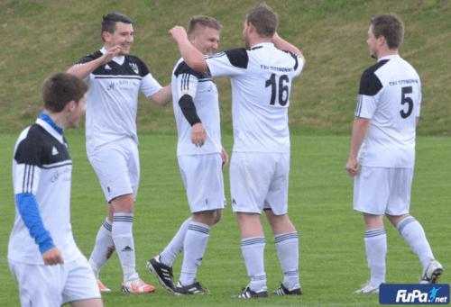 Zwei Treffer von Daniel Köck beim 4:1-Sieg in Mehring. Mit ihm freuen sich Roman Schemmerer (vorne), Johannes Krimmel, Alexander Weiß (16) und Markus Bichlmaier (5).
