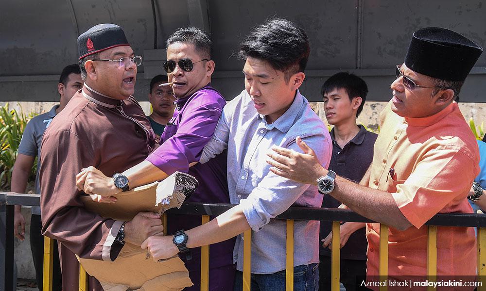 (VIDEO) Kecoh! Penyokong Najib bergelut dengan pelajar UM.