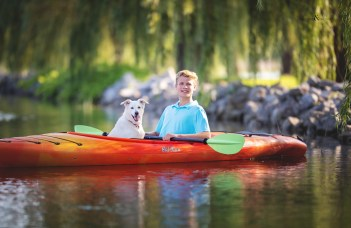senior picture on kayak with dog