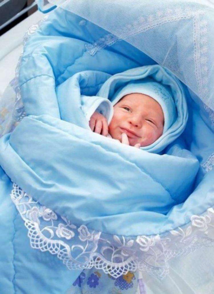 На выписке из роддома медсестра отдала ей малыша, женщина сразу поняла — в конверте не ее ребенок
