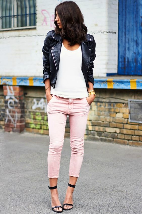 pantalón rosa cuarzo y cazadora de cuero