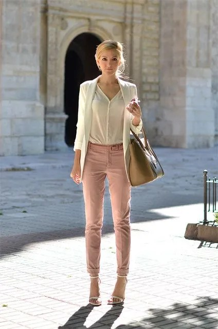chaqueta crema y blusa crema con rosa cuarzo