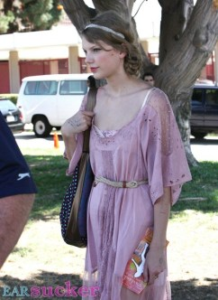 Taylor Swift Stops At A Flea Market