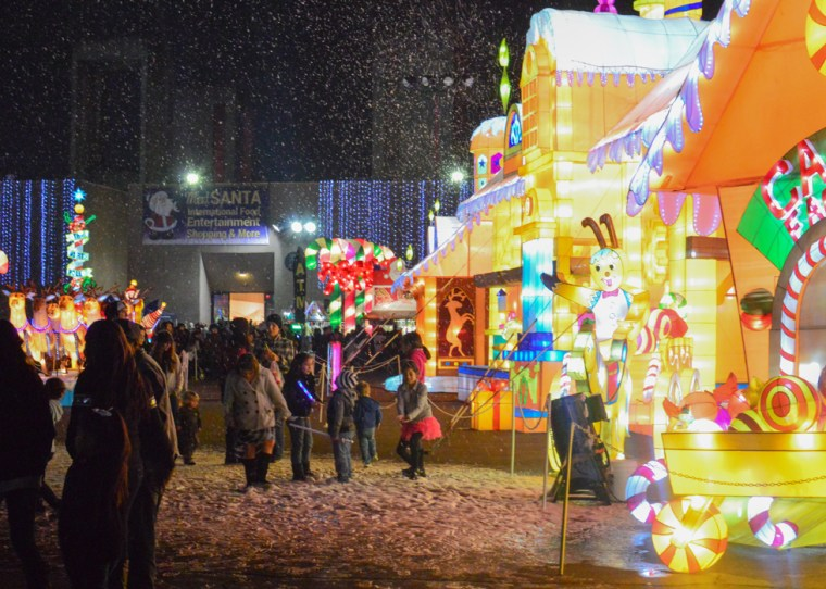 Children playing in the pseudo snow made of soap bubbles next to the Candy Factory. Photo Alejandro Montaño.