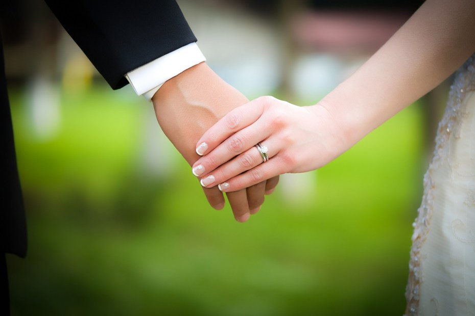 Young married couple holding hands-tubertip.com