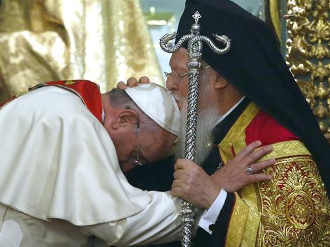 Papst Franziskus wird vom orthodoxen Patriarchen Bartholomäus empfangen