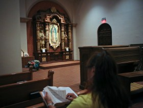 Susan Palomino Campos le canta a la Virgen de Guadalupe en la Catedral St. Augustine in Tucson.