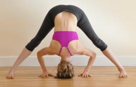 Postura de las piernas abiertas inclinándose hacia adelante
