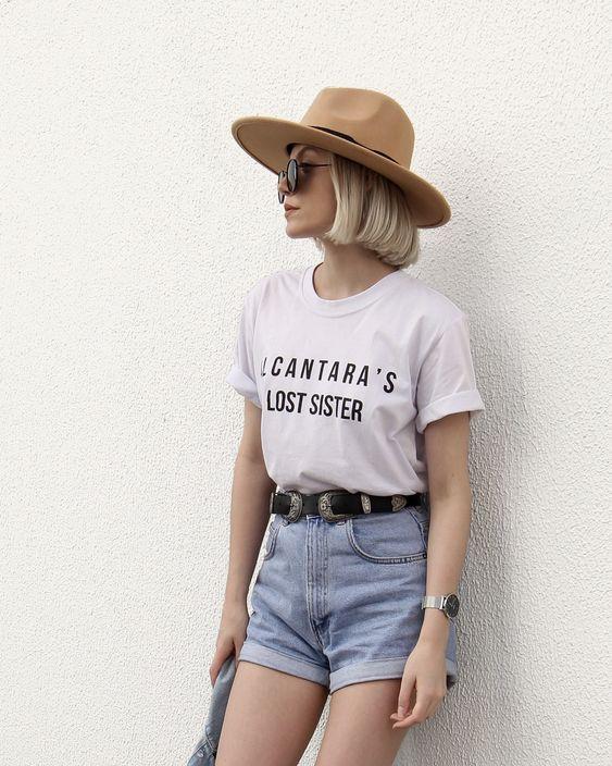 look dia a dia com short mom jeans claro e camiseta com frase