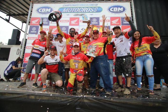 Gustavo Pessoa comemora o título de MX2 - Foto: Vipcomm