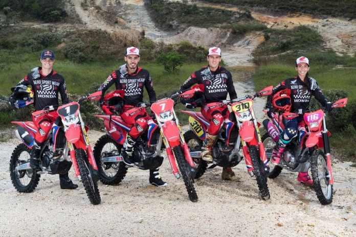 Bárbara Neves e os companheiros de equipe da Honda Racing de Enduro FIM Crédito: Idário Café/Mundo Press