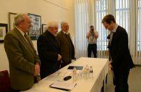 Hanula Zsolt, az Index munkatársa átveszi a díjat a kuratórium három tagjától – balról jobbra: Nagy József, Herczeg János és Staar Gyula)