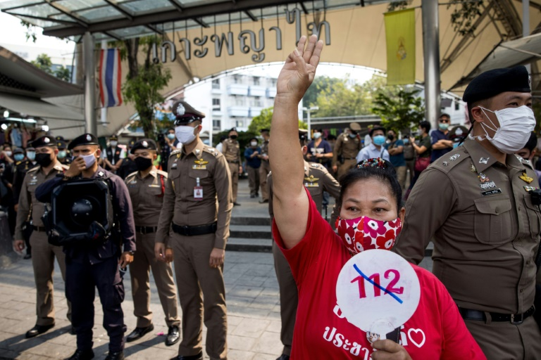 Protesta contra la sección 112 del código penal de Tailandia, que trata sobre la lesa majestad. Foto AFP