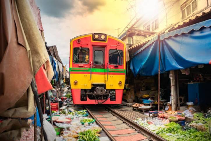 El tren pasa entre medio de las verduras y frutas del mercado.