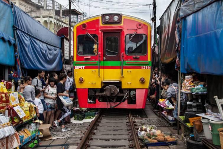 Tren que pasa por el mercado ferroviario de Maeklong, Tailandia. Este mercado es una de las atracciones turísticas más demandadas de Bangkok.