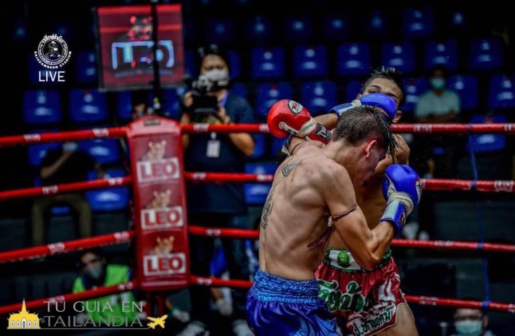 Una pelea de Muay Thai  de Xavi Gonzalez en directo por la TV.