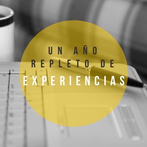 Fondo de un portátil y un bolígrafo. Una frase que dice Un año repleto de experiencias. Haz un balance de tu vida.