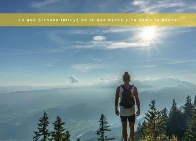 Mujer caminando por paisaje cerca del cielo con mente positiva.