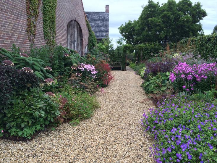 Klassieke tuin 'De oude watermolen' in Rijsbergen weer in volle glorie