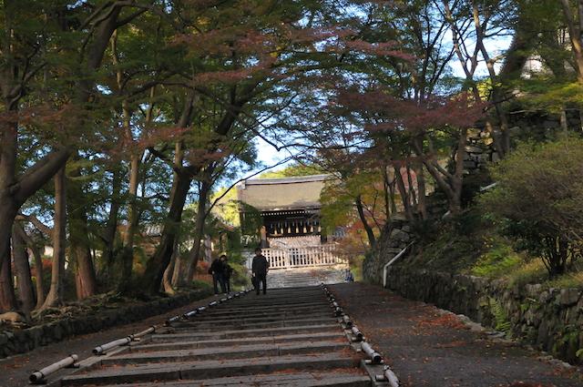 勅使門への階段