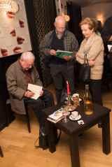 Alexandre Voisard dédicace son dernier livre © Sandra Hildebrandt