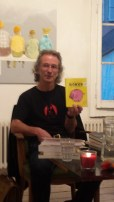 Walter Rosselli brandit l'ouvrage qu'il a traduit de l'islandais