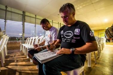 Navegadores estudam planilha da 3ª etapa da competição Crédito: Ricardo Leizer/Mitsubishi