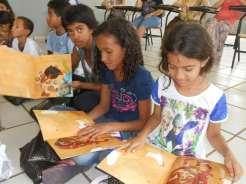 Crianças com os livros de histórias infantis (Divulgação)