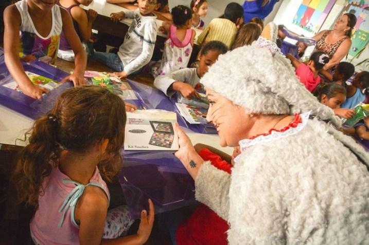 A Gata Tata conversa com as crianças (Lucas Carvalho/Photo Action)