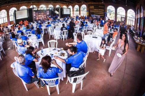 No final da etapa, participantes se reúnem em uma festa de confraternização. Foto: Tom Papp / Mitsubishi