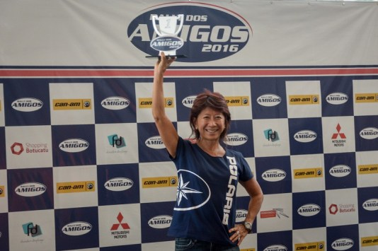 Helena Deyama com o troféu de campeã do Rally dos Amigos (Nelson Santos Jr/Photo Action)