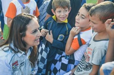 Tânia Mara de Carvalho, gestora do Projeto Ideia Fixa com as crianças (Lucas Carvalho/ Photo Action)