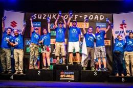 Os campeões sobem ao pódio. Foto: Tom Papp / Suzuki