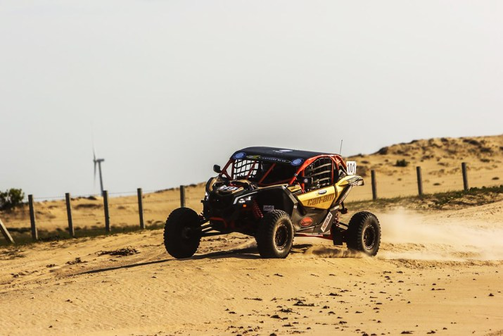 Enrico Amarante e Alvaro Amarante a bordo do UTV Can-Am Maverick X3. Foto de