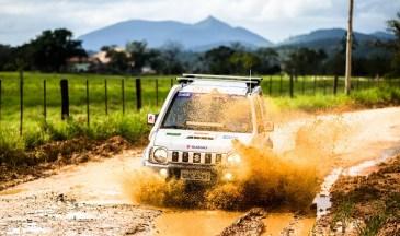 Trilhas e estradas desafiam os competidores (Tom Papp / Suzuki)
