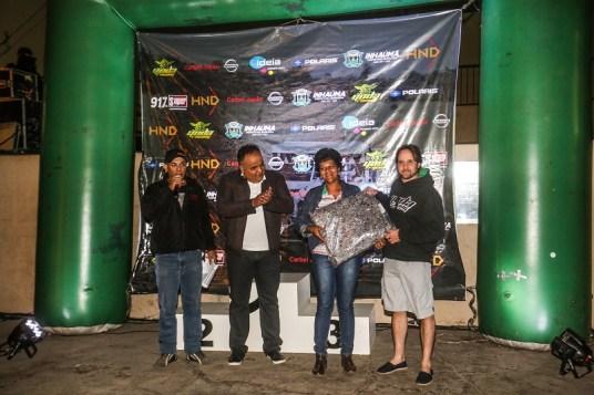 Gustavo Lapertosa (à direita) na entrega das doações no Mineiro de Rally de Velocidade Crédito: Sanderson Pereira