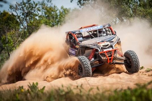Denísio Nascimento/Idali Bosse a bordo do UTV Can-Am Maverick X3 no Rally Baja Jalapão 2017 Crédito: Gustavo Epifânio/DFotos