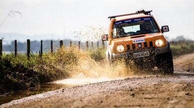 Trilhas e estradas desafiam os competidores. Foto: Tom Papp / Suzuki