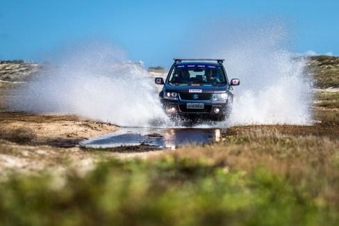 Trilhas e estradas desafiaram os competidores. Foto: Tom Papp / Suzuki